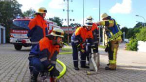 Brandmeister Josef Hofmann gibt Anweisungen und lernt den Jungen Tricks und Kniffe mit seiner 42jährigen Erfahrung als Feuerwehrmann.